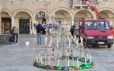 L'installazione degli storici lampadari di Carnevale